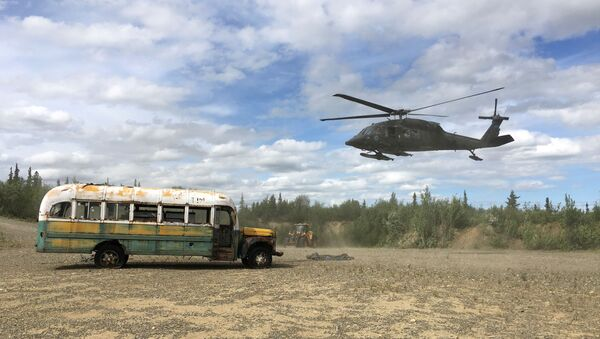'Into the Wild'ın Alaska'daki ünlü otobüsü güvenlik gerekçesiyle taşındı - Sputnik Türkiye