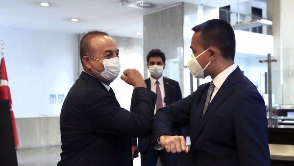 Türkiye Dışişleri Bakanı Mevlut Çavuşoğlu ve İtalya Dışişleri Bakanı Luigi Di Maio birbirlerine dirsek selamı  verdiler. - Sputnik Türkiye