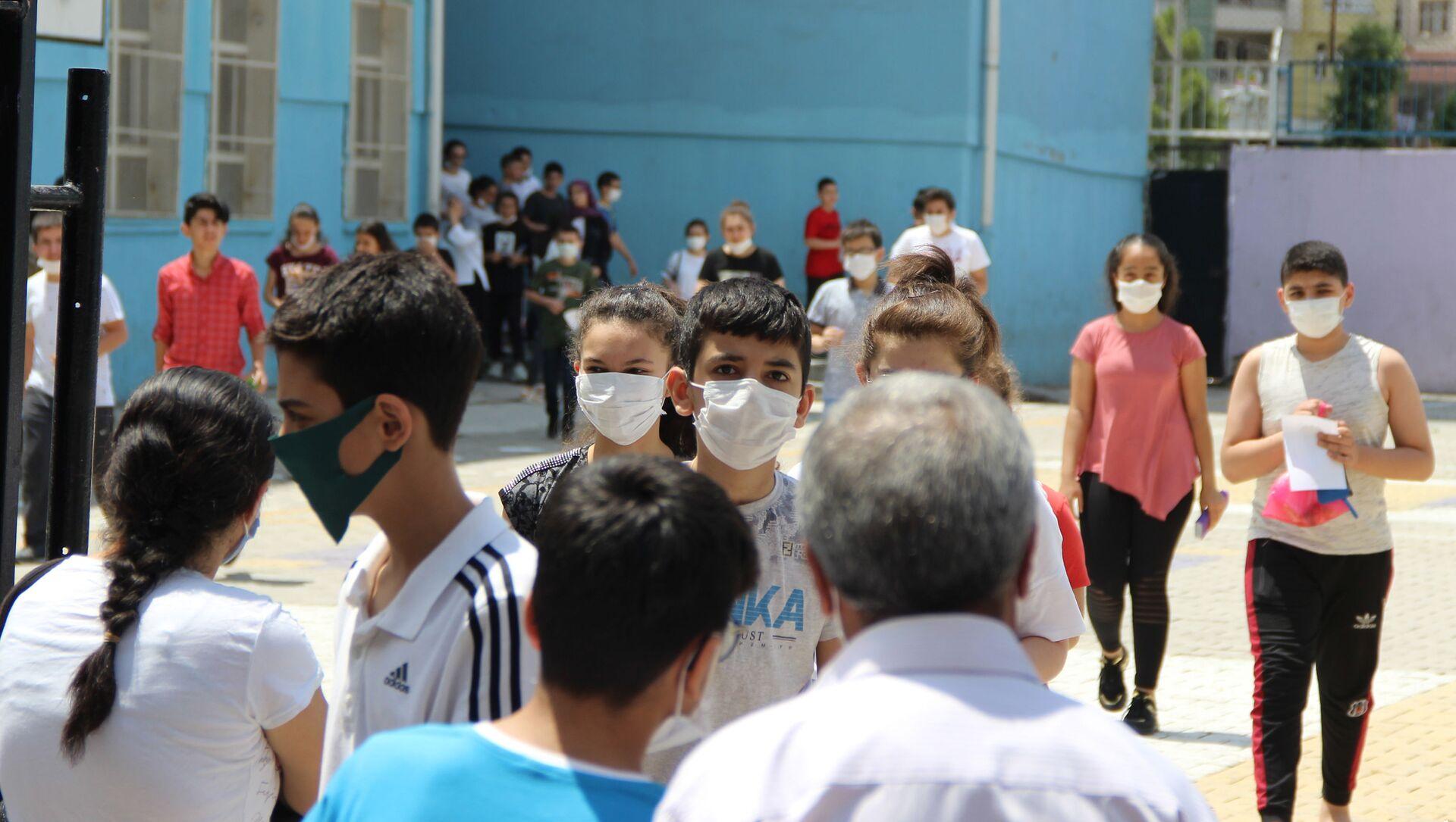 Kovid-19 vakalarının arttığı Diyarbakır'da da yapılan LGS sınavına 47 bin öğrenci 441 okulda sınava girdi. - Sputnik Türkiye, 1920, 30.06.2021