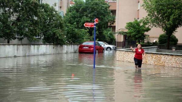 Edirne'de, sağanak nedeniyle yoğun su birikintisinin oluştuğu yolda çökme meydana geldi. - Sputnik Türkiye