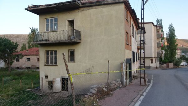 Kayseri'de üvey baba 3 yaşındaki oğlunu boğarak öldürdükten sonra mahalle mezarlığına gömdü. Küçük çocuğun cesedi 6 gün sonra bulunurken kaçan baba aranıyor. - Sputnik Türkiye