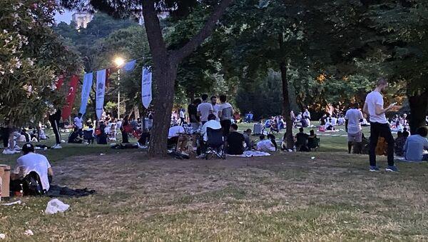 Maçka Parkı'nda vatandaşlar dans edip, doğum günü kutladılar - Sputnik Türkiye