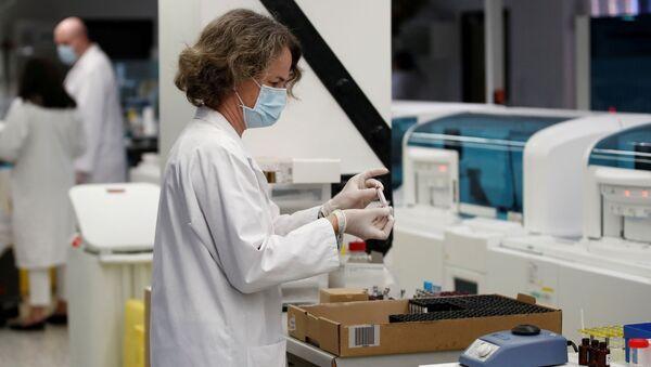 Fransa'da bir laboratuvarda koronavirüs seroloji testi çalışmaları - Sputnik Türkiye