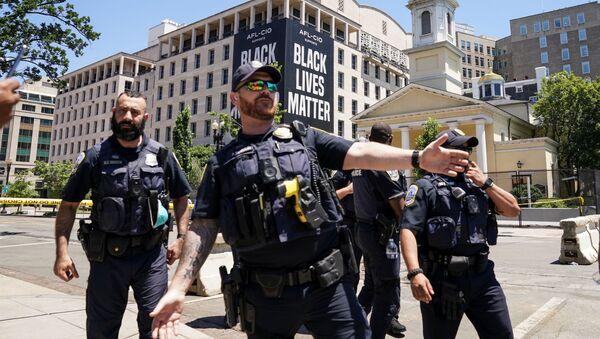 Washington DC'de Beyaz Saray yakınında 'Black Lives Matter' pankartı önünde polisler - Sputnik Türkiye