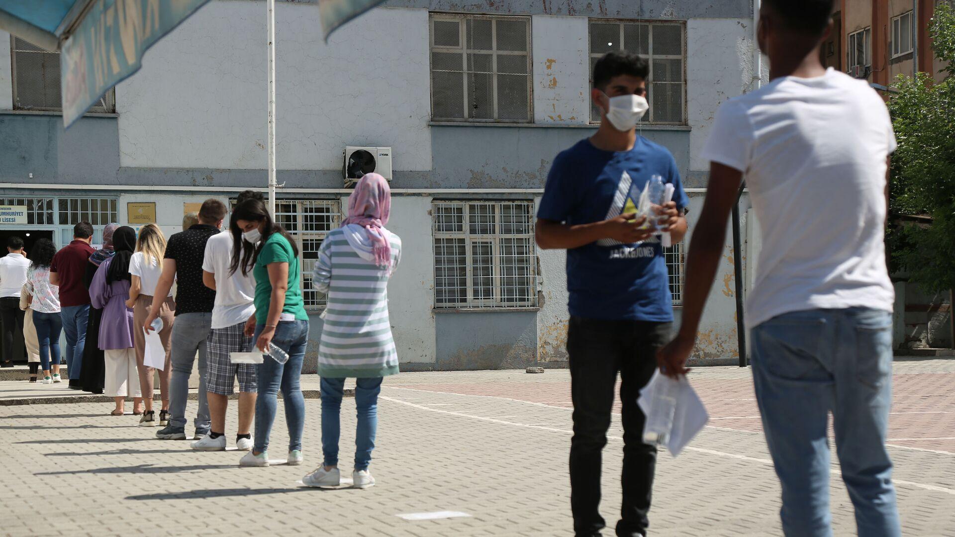 YKS manzaraları: Öğrenciler içeride ter döktü, veliler dışarıda dua etti - Sputnik Türkiye, 1920, 26.09.2021
