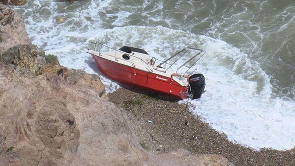 Riva'da tekne kayalıklara çarptı: Mahsur kalanlar kurtarıldı - Sputnik Türkiye