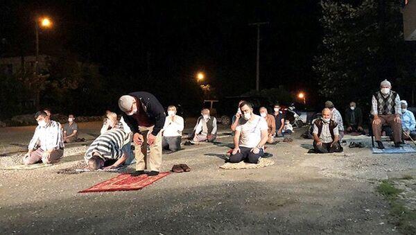 İmama küsen mahalleli, namazı kıraathanenin önünde kıldı - Sputnik Türkiye