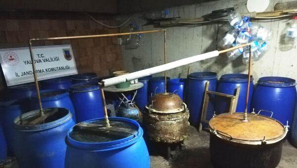 Yalova'nın Altınova ilçesinde iki evde 5 bin 500 litre kaçak içki ele geçirildi. - Sputnik Türkiye
