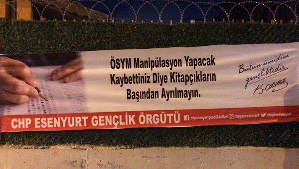 Astıkları YKS pankartları nedeniyle gözaltına alınan CHP'li gençler serbest bırakıldı - Sputnik Türkiye