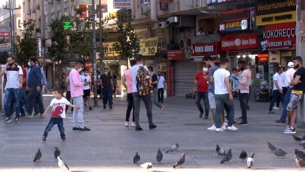 İstanbul'da YKS nedeniyle uygulanan sokağa çıkma kısıtlamasının sona ermesiyle vatandaşlar sokağa çıktı. - Sputnik Türkiye