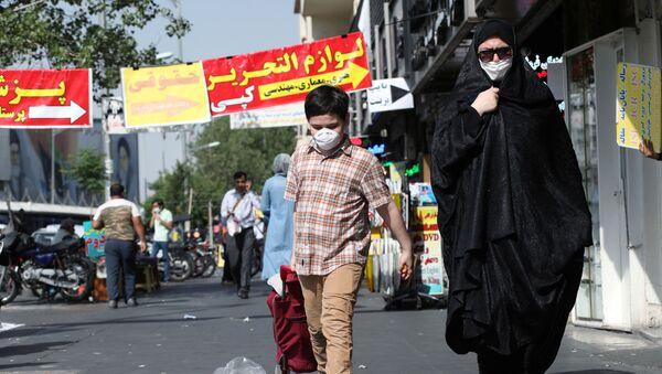 Sokakta maske takan anne ile çocuk, Tahran, İran - Sputnik Türkiye