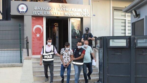 İzmir'in Bayraklı ilçesinde sokakta kız arkadaşını darp ettiği iddiasıyla gözaltına alınanşüpheli serbest bırakıldı. - Sputnik Türkiye