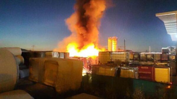Manisa Organize Sanayi Bölgesi'nde faaliyet gösteren bir plastik fabrikasında yangın çıktı. Yangına çok sayıda itfaiye ekibi müdahale ediyor. - Sputnik Türkiye