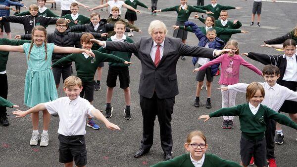 Başbakan Boris Johnson okul çocuklarıyla birlikte koronavirüse karşı sosyal mesafe egzersizi yaparken, Hemel Hempstead, 19 Haziran 2020 - Sputnik Türkiye
