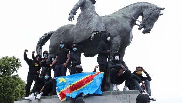 Belçika'da ırkçılık ve sömürge karşıtı protestolar-Kral 2. Leopold heykeli-Kongo bayrağı - Sputnik Türkiye