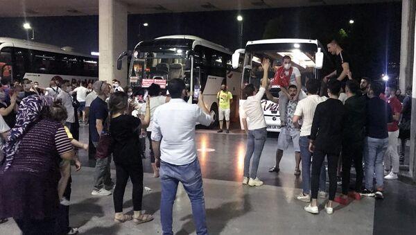 İzmir'de genelgeye rağmen asker uğurlaması yapanlar sosyal mesafe kuralına da uymadı - Sputnik Türkiye
