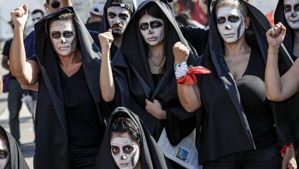 Doların rekor yükselişiyle ulusal para biriminin çöktüğü ve ekonomik kriz baş gösterdiği Lübnan Beyrut'ta sembolik cenaze - Sputnik Türkiye