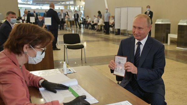 Rusya Devlet Başkanı Vladimir Putin, anayasa değişikliği oylaması için seçim merkezine gidip oyunu kullandı. - Sputnik Türkiye