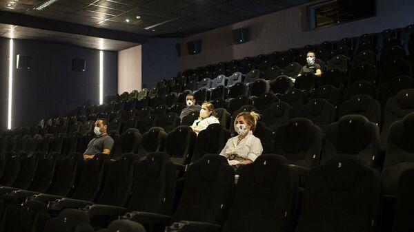 Yeni tip koronavirüs (Kovid-19) - maske - film - sinema salonu - Sputnik Türkiye