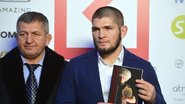 UFC hafif siklet şampiyonu Habib Nurmagomedov ile babası Abdulmanap Nurmagomedov - Sputnik Türkiye