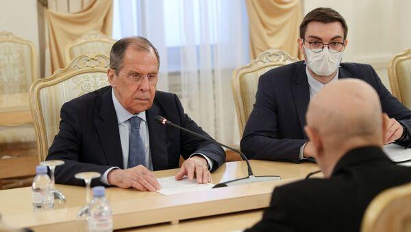 Libya Ulusal Ordusu Komutanı Halife Hafter'i destekleyen Tobruk'taki Temsilciler Meclisi'nin Başkanı Akile Salih'le bir araya gelen Rusya Dışişleri Bakanı Sergey Lavrov - Sputnik Türkiye