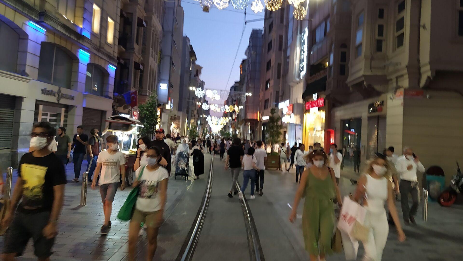 İstiklal Caddesi ve Taksim Meydanı'nda koronavirüs tedbirleri unutuldu - Sputnik Türkiye, 1920, 13.04.2021