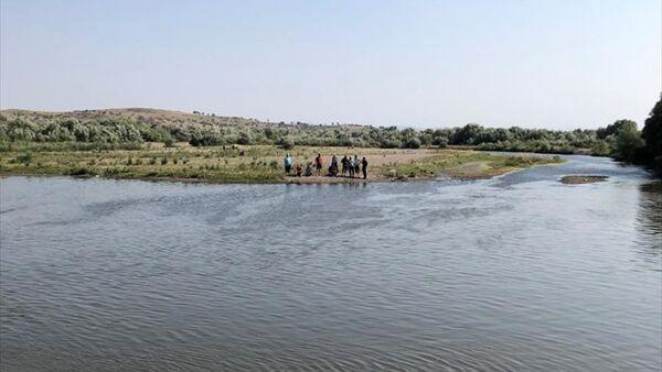 Çocuklarını boğulmaktan kurtaran baba akıntıya kapıldı - Sputnik Türkiye