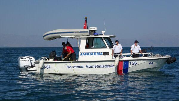 Gölü'nde 9 gün önce batan teknedeki göçmenleri arama kurtarma çalışmaları, su altı görüntüleme cihazıyla (ROW) yapılıyor. - Sputnik Türkiye