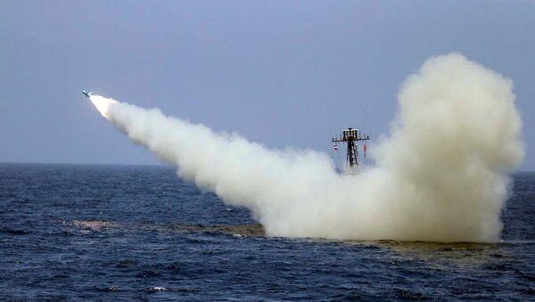 İran askeri tatbikatında denizden ateşlenen füze  - Sputnik Türkiye