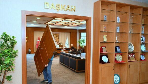Beylikdüzü Belediye Başkanı makam odasının kapısını söktürdü - Sputnik Türkiye