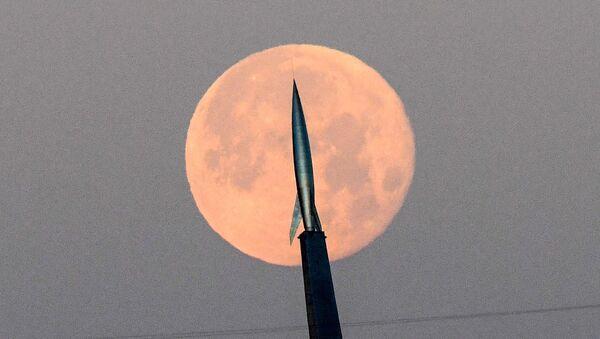 Музей космонавтики на фоне полной луны в Москве  - Sputnik Türkiye