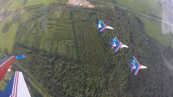 Rus Şövalyeleri'nden aynı grup içinde 3 tip uçakla hava akrobasi gösterisi - Sputnik Türkiye