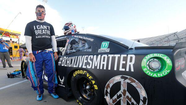 NASCAR sürücüsü Bubba Wallace Nefes alamıyorum yazılı tişörtü ve Siyahların yaşamları değerlidir yazılı otomobiliyle yarışın başlamasını beklerken, Martinsville, ABD, 10 Haziran 2020 - Sputnik Türkiye