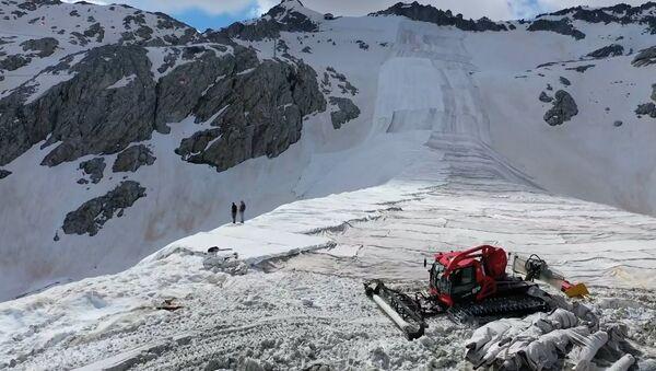 İtalya'da Alpler, karın erimesini önlemek için termal çarşafla örtüldü - Sputnik Türkiye