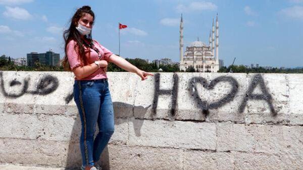 16 asırlık köprüye yine sprey boyayla yazı yazdılar: 'Saçmalıktan başka bir şey değil, aşkını git yüzüne söyle' - Sputnik Türkiye